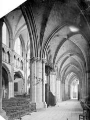 Cathédrale Saint-Cyr et Sainte-Julitte - Vue intérieure du bas-côté sud, vers l'est