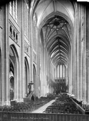 Cathédrale Sainte-Croix - Vue intérieure de la nef, vers le choeur