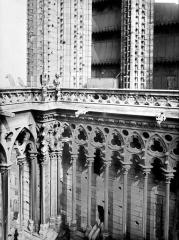 Cathédrale Notre-Dame - Tour clocher de la façade ouest : galerie entre les tours