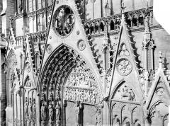 Cathédrale Notre-Dame - Portail du transept sud : tympan et gables