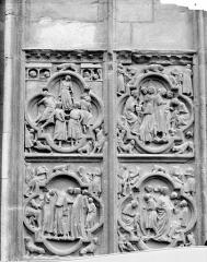 Cathédrale Notre-Dame - Transept sud : bas-relief décorant le soubassement