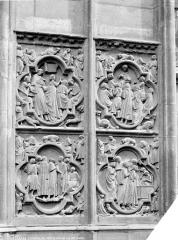 Cathédrale Notre-Dame - Transept sud : bas-relief décorant le soubassement, côté gauche