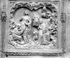 Cathédrale Notre-Dame - Abside : Bas-relief décorant le mur