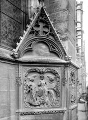 Cathédrale Notre-Dame - Abside, côté nord : Bas-relief décorant le mur