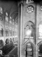 Cathédrale Notre-Dame - Vue intérieure du transept nord et de la nef, vers le sud-ouest, prise au niveau du triforium