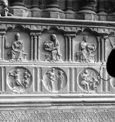 Cathédrale Notre-Dame - Portail central de la façade ouest : bas-reliefs du soubassement