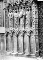 Cathédrale Notre-Dame - Portail de la façade ouest : statues-colonnes et soubassement de l'ébrasement gauche