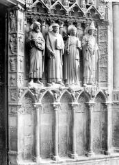 Cathédrale Notre-Dame - Portail de la façade ouest : statues-colonnes et soubassement de l'ébrasement droit