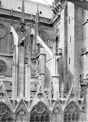 Cathédrale Notre-Dame - Façade nord : arcs-boutants à l'est du transept