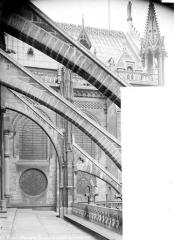 Cathédrale Notre-Dame - Façade nord : arcs-boutants vus de profil et face est du transept