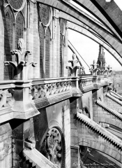 Cathédrale Notre-Dame - Abside, côté sud : galerie entre les arcs-boutants