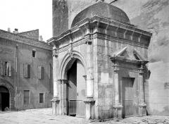 Cathédrale Saint-Jean-Baptiste - Porche de la façade ouest