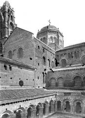Cathédrale Notre-Dame et ses dépendances - Transept, clocher et coupole vus du cloître