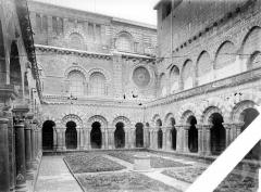 Cathédrale Notre-Dame et ses dépendances - Cloître : Vue d'ensemble vers le sud