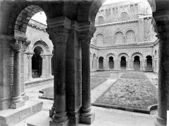 Cathédrale Notre-Dame et ses dépendances - Cloître : Vue d'ensemble vers le sud, prise de la galerie nord