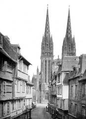 Cathédrale Saint-Corentin - Façade ouest prise d'une rue