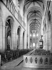 Cathédrale Saint-Corentin - Vue intérieure de la nef, vers le choeur