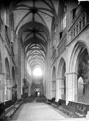 Cathédrale Saint-Corentin - Vue intérieure de la nef, vers l'entrée