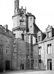 Ancien évêché, actuellement musée départemental breton - Cour intérieure : tour
