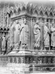 Cathédrale Notre-Dame - Portail central de la façade ouest : statues de l'ébrasement gauche