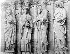 Cathédrale Notre-Dame - Portail central de la façade ouest. Statues de l'ébrasement gauche : saint Joseph, Vierge présentant l'Enfant à Siméon, et sainte Anne