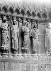 Cathédrale Notre-Dame - Portail central de la façade ouest. Statues de l'ébrasement droit : l'Annonciation et la Visitation