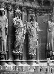 Cathédrale Notre-Dame - Portail central de la façade ouest. Statues-colonnes de l'ébrasement droit : La Visitation