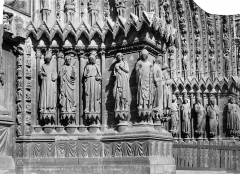 Cathédrale Notre-Dame - Porte nord de la façade ouest : statues-colonnes de l'ébrasement droit