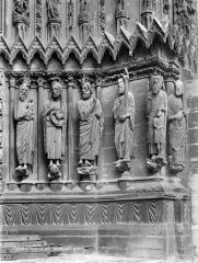 Cathédrale Notre-Dame - Porte sud de la façade ouest : statues-colonnes de l'ébrasement droit