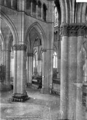 Cathédrale Notre-Dame - Vue intérieure du transept sud, vers le nord-ouest : colonnes