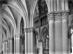 Cathédrale Notre-Dame - Vue intérieure du bas-côté nord : chapiteaux de la nef et départ de voûte
