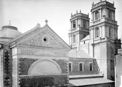 Cathédrale Saint-Pierre - Façade nord et tours clochers