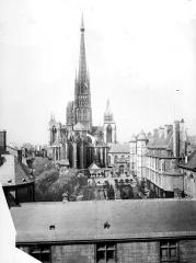 Ensemble archiépiscopal - Vue générale prise de l'archévêché vers la cathédrale, côté est