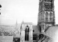 Ensemble archiépiscopal - Façade nord : tour centrale et toiture à la croisée du transept, côté ouest