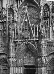 Ensemble archiépiscopal - Façade ouest : partie supérieure du portail central
