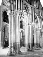 Ensemble archiépiscopal - Vue intérieure du bas-côté : piliers de la nef