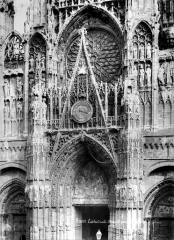 Ensemble archiépiscopal - Portail central de la façade ouest : gable et rosace