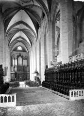 Cathédrale Saint-Pierre - Vue intérieure de la nef, vers l'entrée