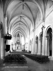 Cathédrale et cloître - Vue intérieure de la nef, vers le choeur
