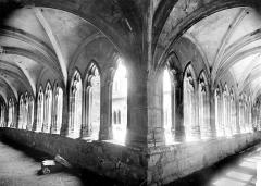 Cathédrale Saint-Jean - Cloître : vue intérieure des galeries