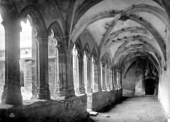 Cathédrale Saint-Jean - Cloître : vue intérieure de la galerie sud