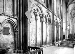 Cathédrale Notre-Dame - Vue intérieure du bas-côté nord : arcatures aveugles