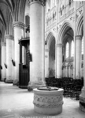 Cathédrale Notre-Dame - Vue intérieure du bas-côté sud : puits
