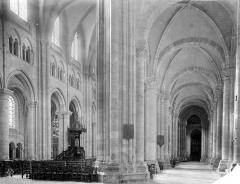 Cathédrale Saint-Etienne - Vue intérieure du bas-côté nord et de la nef, vers l'ouest