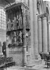 Cathédrale Saint-Etienne - Vue intérieure de la nef, côté nord : pilier sculpté