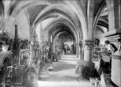 Salle synodale - Salle synodale : dépôt lapidaire. Salle du rez-de-chaussée du musée