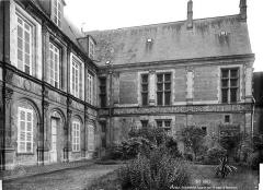 Cathédrale Saint-Etienne - Archevêché : façades sur la cour d'honneur