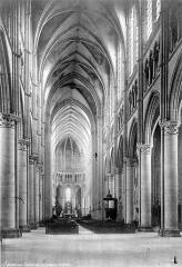 Cathédrale Saint-Gervais et Saint-Protais - Vue intérieure de la nef, vers le choeur