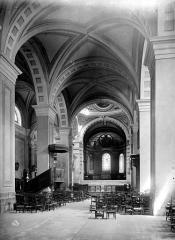 Cathédrale Saint-Pierre de Moûtiers - Vue intérieure de la nef, vers le choeur