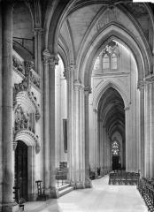 Cathédrale Saint-Gatien - Vue intérieure du bas-côté sud vers l'ouest et porte de la sacristie
